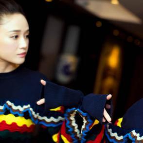 陈乔恩甜美生活写真 身穿彩色毛衣短裙少女感十足