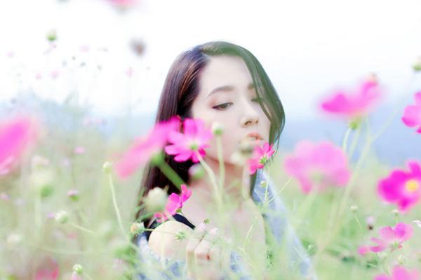 郭碧婷曝生日写真 披标志性长发变身花中仙子