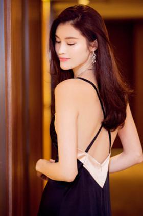 来自中国的天使超模何穗 性感甜美的她如何称霸维密大秀