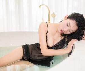 遇见潮女郎:吊带蕾丝浴室私房物语