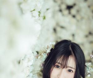 略施粉黛笑容淡雅纯净 清纯美女身穿白纱在等谁