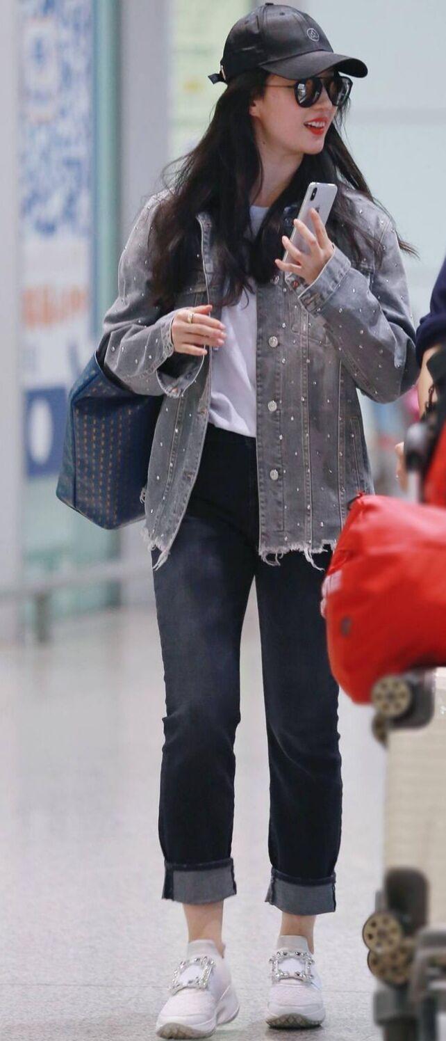 白T黑牛仔裤再加小白鞋,32岁的刘亦菲像是23的少女