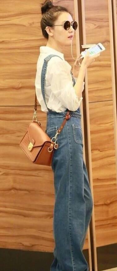 牛仔背带裤加白色衬衫,40岁的高圆圆就像个少女